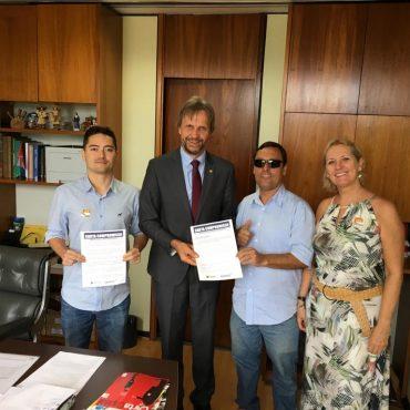 Diretores do SIMPE com o Deputado Hélio Costa (PRB/SC) e o Deputado Pedro Uczai (PT/SC) apoiando a democratização dos MP's.